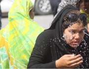 لاہور: مال روڈ پر اپنے مطالبات کے حق میں احتجاج میں شریک ایک نرس گرمی ..