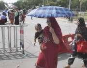 لاہور: ینگ نرسز کے احتجاج کے باعث مال روڈ بند ہونے پر راہگیر خواتین ..