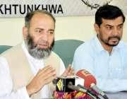 پشاور: جماعت اسلامی کے صوبائی امیر مشتاق خان پریس کانفرنس کر رہے ہیں۔