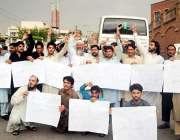 پشاور: ریگی للمہ کے رہائشی حیات آباد پولیس کے خلاف احتجاج کر رہے ہیں۔