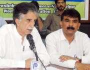 پشاور: اے این پی کے رکن صوبائی اسمبلی جعفر شاہ سیمینار سے خطاب کر رہے ..