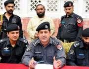 پشاور: ڈی ایس پی شوکت خان یکہ توت تھانے میں پریس کانفرنس سے خطاب کر رہے ..