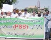 پشاور: سکولز آفیسر ایسوسی ایشن کے زیر اہتمام مظاہرین اپنے مطالبات کے ..