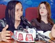 پشاور: شی میل ایسوسی ایشن کی صدر فرزانہ پریس کانفرنس سے خطاب کر رہی ..
