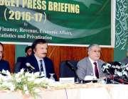 اسلام آباد: وفاقی وزیر خزانہ سینیٹر اسحاق ڈار پوسٹ بجٹ پریس کانفرنس ..