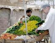 کوئٹہ: جوائنٹ روڈ پر ایک شہری سبزی خریدنے می مصروف ہے۔