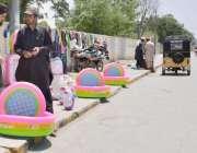 کوئٹہ: زرغون روڈ پر ایک شخص پلاسٹ کے سوئمنگ پول فروخت کر رہا ہے۔