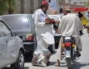 کوئٹہ: جوائنٹ روڈ پر ایک شخص ٹوپیاں خریدنے میں مصروف ہے۔