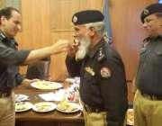 لاہور: چیف ٹریفک آفیسر طیب حفیظ چیمہ ڈی ایس پی یاسین کو ریٹائرمنٹ کے ..