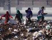 لاہور: ماحولیات کے عالمی دن کے موقع پر افغان خواتین کچرے کے ڈھیر سے ..