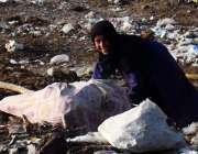 لاہور: ماحولیات کے عالمی دن کے موقع پر افغان لڑکی کچرے کے ڈھیر سے کار ..