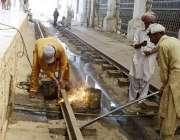لاہور: ریلوے ملازمین لاہور ریلوے اسٹیشن پر ریلوے لائن کی مرمت کے کام ..