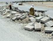 کوئٹہ: چمن روڈ پر مزدور ترقیاتی کام میں مصروف ہیں۔