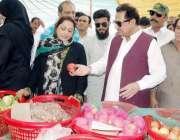 لاہور: صوبائی وزیر خوراک ڈاکٹر فرخ جاوید صارفین سے پھلوں اور سبزیوں ..