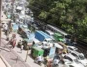 لاہور: شملہ پہاڑی چوک کے قریب ٹریفک جام کا منظر۔