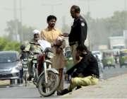 لاہور: مولانا شوکت علی روڈ پر پولیس اہلکار موٹر سائیکل پنکچر ہونے پر ..
