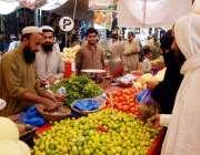 اٹک: شہری سستے رمضان بازار سے مختلف اشیاء کی خرید وفروخت میں مصروف ہیں۔