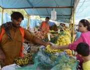 لاہور: ایک خاتون شادمان رمضان بازار سے فروٹ خرید رہی ہے۔