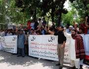 اسلام آباد: مختلف گیسٹ ہاؤسز کے ملازمین اپنے مطالبات کے حق میں پریس ..