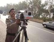 لاہور: موٹر وے پولیس سنٹر زون کا افسر تیز رفتار گاڑیوں کو خصوصی سپیڈ ..