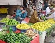 کوئٹہ:سبزی مارکیٹ میں لوگ افطاری کے لیے سبزی خرید رہے ہیں۔
