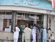 کوئٹہ: باچا خان چوک پر لوگ ایک دوکان سے افطاری کے لیے اچار خرید رہے ہیں۔