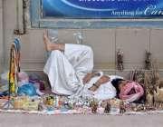 کوئٹہ: قندھاری بازار میں فٹ پاتھ پر ایک روزہ دار دوپہر کے وقت اپنے سٹال ..