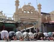 کوئٹہ: نمازی رمضان المبارک کے پہلے جمعہ کی نماز ادا کر رہے ہیں۔