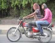 لاہور: گرمی کی شدت سے بچنے کے لیے موٹر سائیکل سوار رومال سے منہ ڈھانپے ..