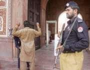 لاہور: باشاہی مسجد میں نماز جمعہ کے لیے آنیوالوں کی سیکیورٹی اہلکار ..