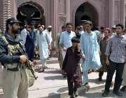 پشاور: صوبائی دارالحکومت میں نمازجمعہ کی ادائیگی کے موقع پر پولیس اہلکار ..