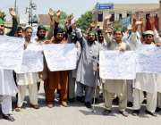 پشاور: مسلم لیگ (ن) چار سدہ کے کارکنان مطالبات کے حق میں احتجاج کر رہے ..
