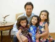 اسلام آباد: چیئرمین پی ٹی آئی عمران خان کا بنی گالہ میں تین چھوٹی مداحوں ..
