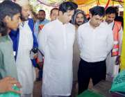 لاہور: کمشنر لاہور ڈویژن عبداللہ خان سنبل یکی گیٹ رمضان بازار میں آٹے ..