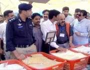 لاہور: ڈی سی او لاہور کیپٹن (ر) محمد عثمان اور ڈی آئی جی آپریشنز ڈاکٹر ..