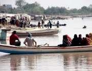 لاہور: شہری دریائے راوی میں کشتی رانی کی سیر سے لطف اندوز ہو رہے ہیں۔