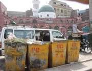 لاہور: ریلوے اسٹیشن سرور روڈ پر ویسٹ مینجمنٹ کے کوڑے کے ڈرم پڑے ہوئے ..