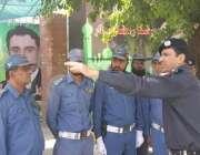 لاہور: چیف ٹریفک آفیسر طیب حفیظ چیمہ رمضان بازار کے باہر تعینات ٹریفک ..