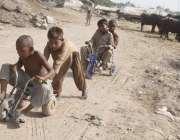 لاہور: صوبائی دارالحکومت میں دوپہر کے وقت شدید گرمی میں خانہ بدوش بچے ..