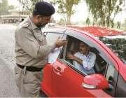 لاہور: موٹر وے پولیس سنٹرل زون کے افسران روڈیوزرز کو سیٹ بیلٹ کی افادیت ..