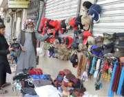 کوئٹہ: قندھاری بازار میں ایک روزہ دار ٹوپی خرید رہا ہے۔