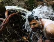 اسلام آباد: شہری گرمی کی شدت کرم کرنے کے لیے نہا رہا ہے۔