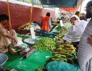 لاہور: شہری سستا رمضان بازار سے سبزیاں اور فروٹ خریدنے میں مصروف ہیں۔