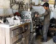 لاہور: چائلڈ لیبر کے خلاف عالمی دن کے موقع پر ایک بچہ کام میں مصروف ہے۔