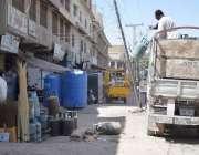 کوئٹہ: سٹلائٹ ٹاؤن منی مارکیٹ میں ایک شخص خالی سلنڈر نیچے پھینک رہا ..