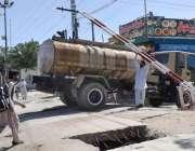کوئٹہ: واٹر ٹینکر گزارنے کے لیے ایک شخص ریلوے اسٹیشن کے راستے میں خراب ..