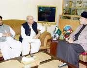 لاہور: سربراہ عوامی تحریک ڈاکٹر طاہرالقادری سے سابق گورنر پنجاب چوہدری ..