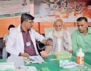 لاہور: باغبانپورہ رمضان بازار میں خریداری کے لیے آنیوالے بزرگ شہری ..