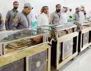 مکہ مکرمہ: مسجد الحرام میں قرآن کریم کے نسخے نمازیوں تک پہنچانے کے لیے ..