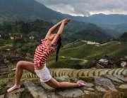چائنہ: یوگا ایکسپرٹ خاتون یوگا ورزش کرنے میں مصروف ہے۔